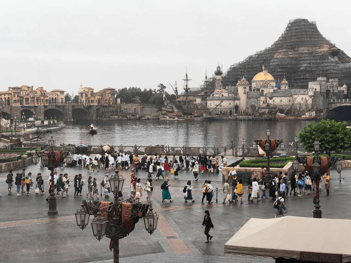 Tokyo DisneySea Early-Entry Guests by Joshua Meyer