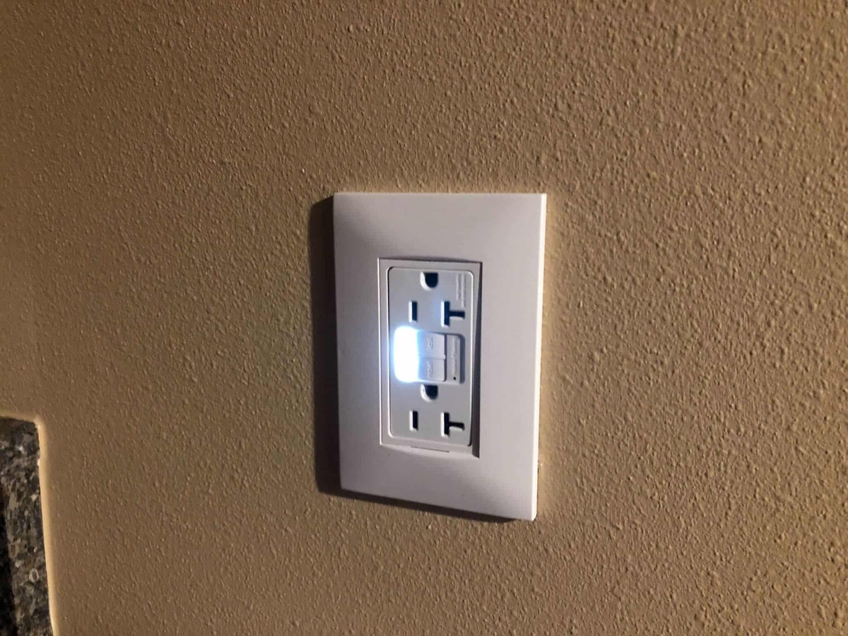 Outlet light