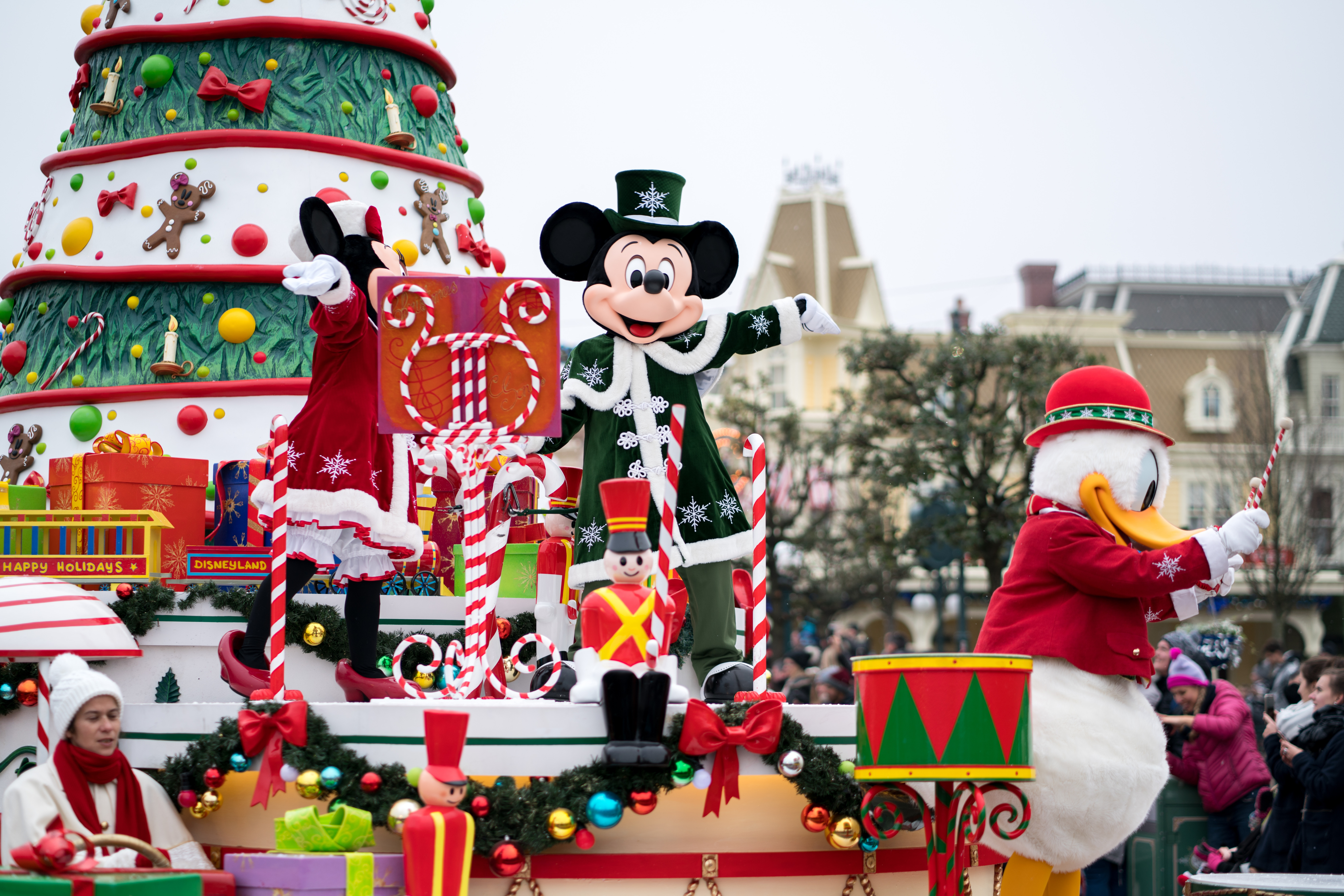 disneyland paris christmas parade